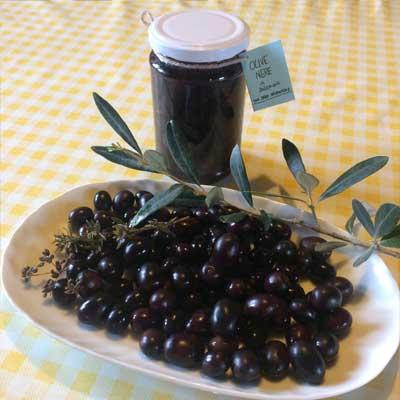 olive nere naturali raccolte a mano e conservate in salamoia con l'aggiunta di erbe aromatiche Podere Sequercianino per Pulmino Contadino